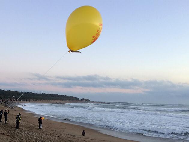 君ヶ浜公園で風船を手に待機