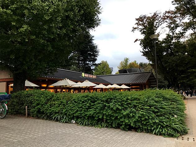 スターバックスの向かい側にあるパークサイドカフェ