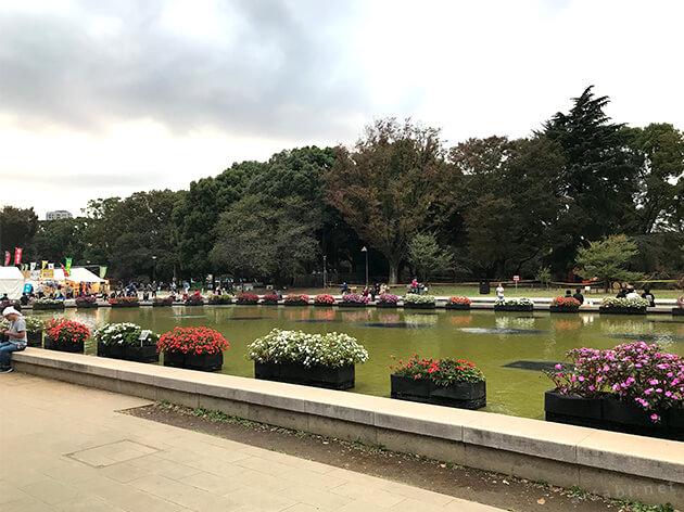 上野公園の大噴水と、その奥の広場で開催されている屋台村