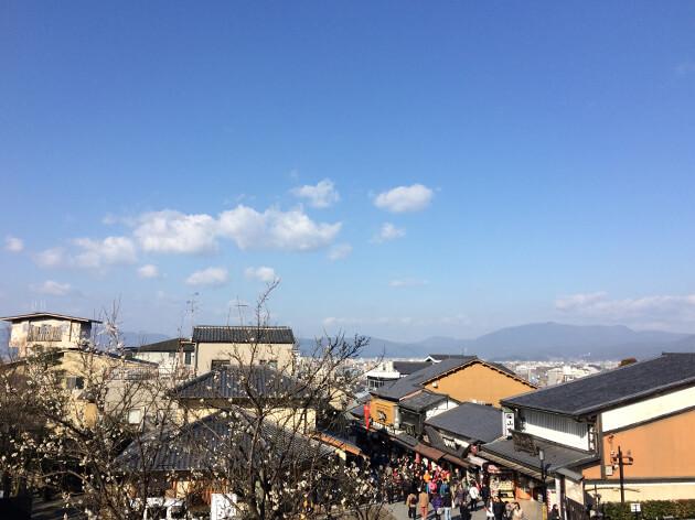 清水寺は、朝からツアー客などで混んでいる