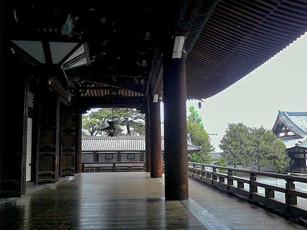 しっとりとした早朝の朝の東本願寺