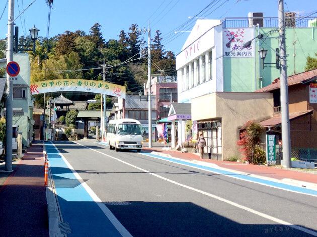 越生駅前の商店街