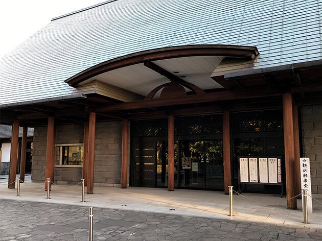 横浜能楽堂こちらで、作品が展示されている。
