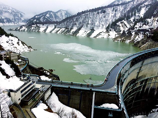 黒部ダム展望台から下を望む