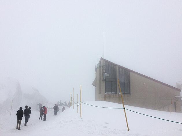 室堂駅。雪に埋まっており、屋根部分しか見えない。