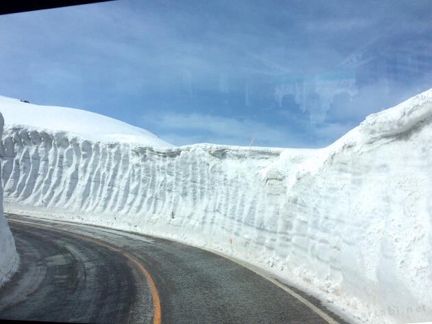 雪の大谷を一気に下る