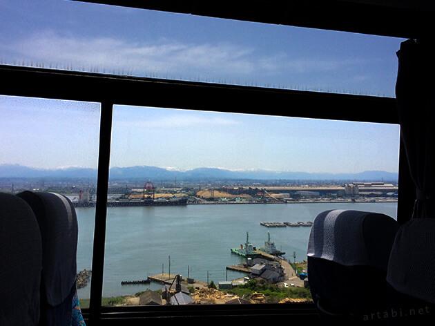 富山ぶりかにバスから新湊大橋を渡り、立山連峰を望む