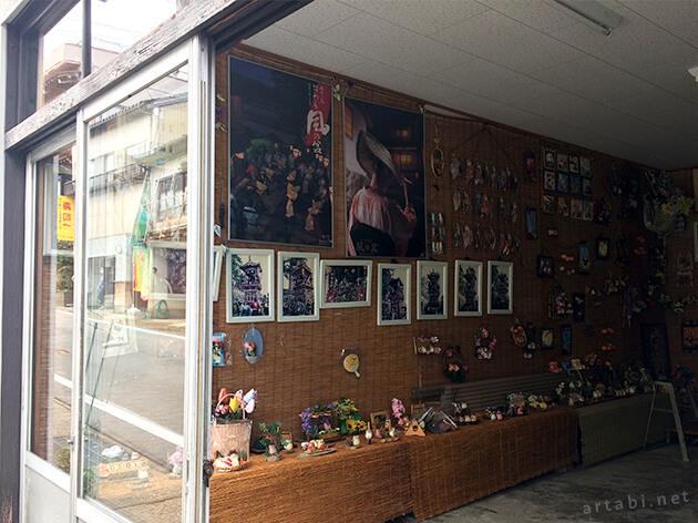 越中八尾の街角に展示されているお祭りの写真