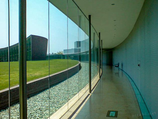 群馬県立館林美術館の展示室へつながる廊下