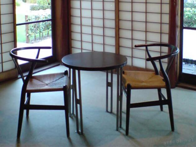 ハウス・ウェグナーのYチェアなどデザイン家具が配置されている