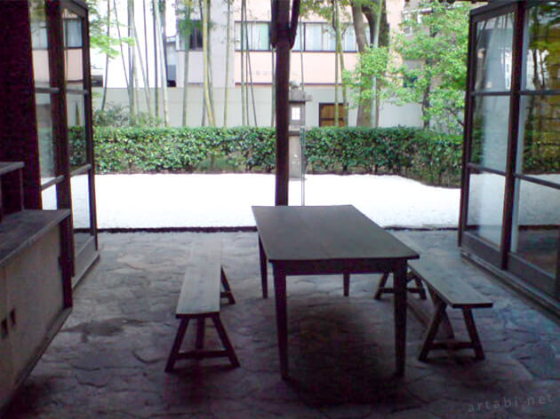 建物の中に設けられたパティオから前庭を望む