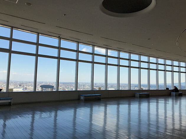 高崎市役所の展望ロビーでは、大きなガラス窓から風景が見える