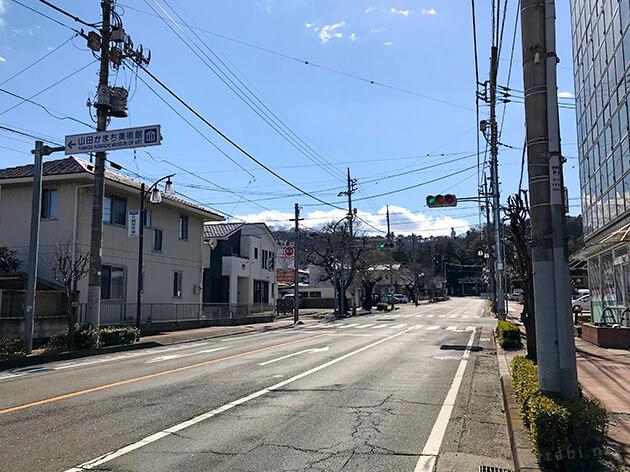 山田かまち美術館入口のバス停。山田かまち美術館の標識がある。奥の山の上には白衣大観音が立っている