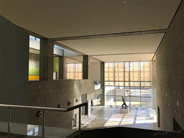 群馬県立近代美術館の2階からエントランスを望む