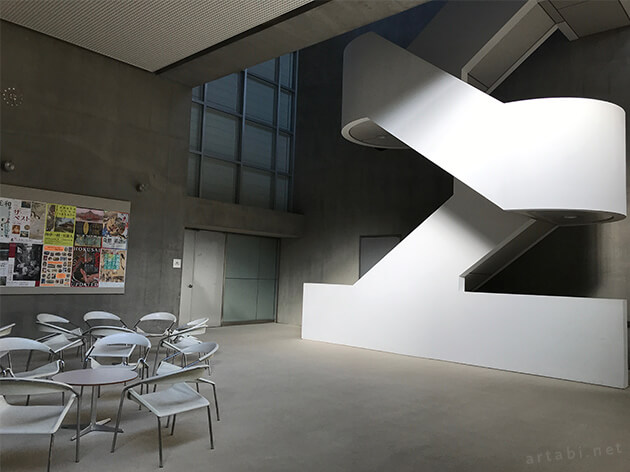 群馬県立近代美術館の階段