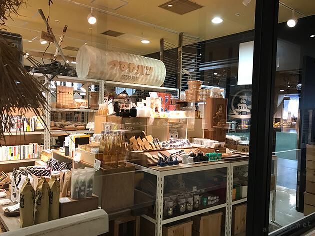 日本の工芸品や特産品などの雑貨が陳列されている。