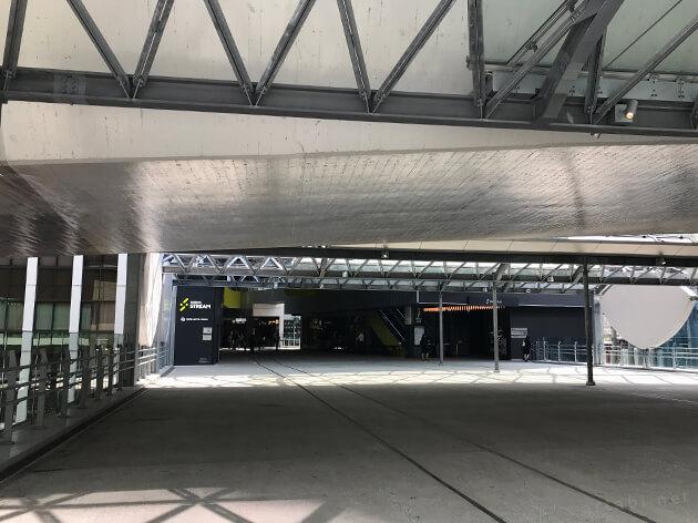 JR渋谷駅から歩道橋を渡るとビルの入り口が見えてくる