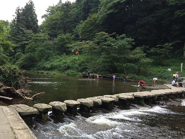 石でできた橋で養老川を渡る