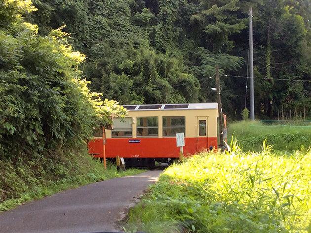 小湊鉄道の電車が通る