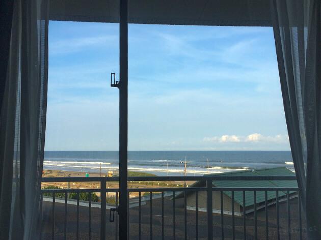 ホテルの客室からは、どこからも海を眺められる