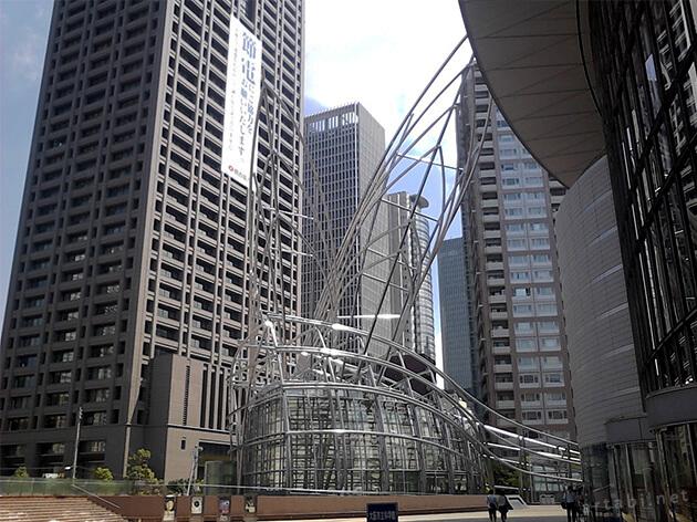 ビルの間にある巨大なオブジェが、国立国際美術館