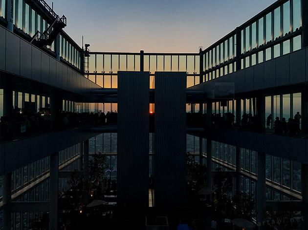 フロアの東側に回り夕日をキャッチする
