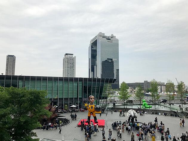 うめきた広場から梅田スカイビルを望む