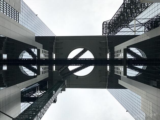 梅田スカイビルの真下から見上げる