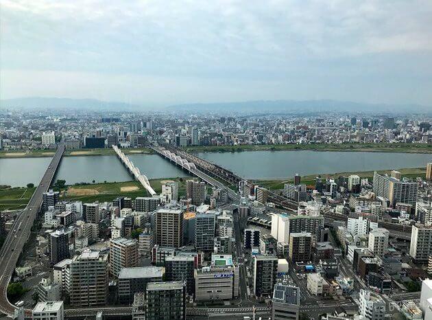 スカイビルの空中展望台から見た淀川