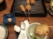 ゆったりとお座敷でハマグリの串カツを食べる